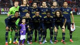 Мальчик растерялся и попал на командное фото Арсенала – момент дня в Лиге Европы