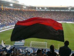 ФФУ сама заборонила червоно-чорні прапори. ФОТО