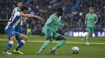 Реал благодаря голам французов победил Эспаньол и возглавил турнирную таблицу Примеры