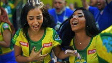 """Топ-фото фанатів 9 дня ЧС-2018: бразилійки топлес, ісландський поцілунок, """"Фонсека"""" з животом і розпач """"Сампаолі"""""""
