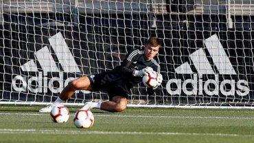 Лунин ловко парирует мячи на тренировке Реала