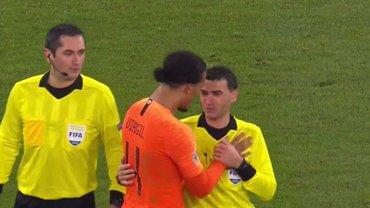 Арбитр матча Германия – Нидерланды расплакался из-за смерти матери – его успокаивал ван Дейк