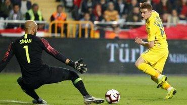 Украина и Турция сыграли вничью в матче на ужасном газоне