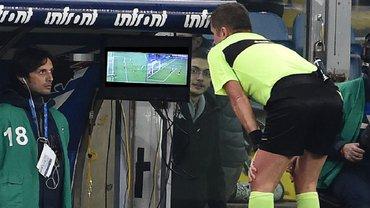 Божевільний VAR в Польщі – арбітр повернув гравця із роздягальні, щоб повторно вилучити його з поля