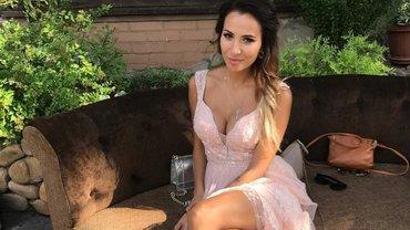 Жена Ярмоленко поразила соблазнительным фото в сексуальном купальнике