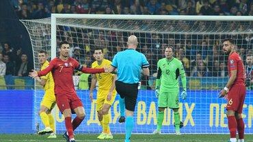 Україна – Португалія: відомий англійський арбітр розкритикував рішення призначити пенальті у ворота команди Шевченка