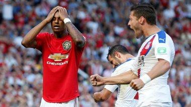 Манчестер Юнайтед дома сенсационно уступил Кристал Пэлас, Челси перестрелял Норвич в невероятном поединке