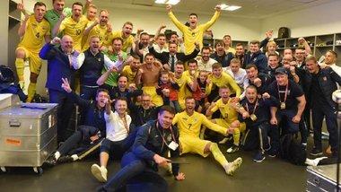 Збірна України разом з уболівальниками влаштувала феєричний перфоманс на НСК Олімпійський після виходу на Євро-2020