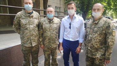Шевченко передал гуманитарную помощь для военных от сборной Украины
