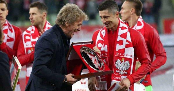 Левандовски получил награду за 100 матчей в сборной Польши