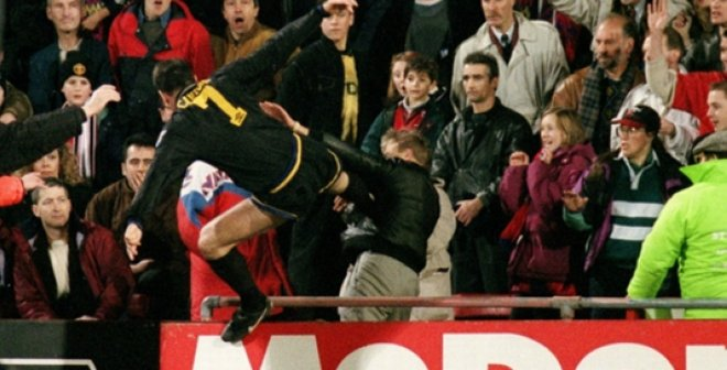 """Рівно 26 років тому """"Король Ерік"""" Кантона атакував фаната в стилі кунгфу – ретро дня"""