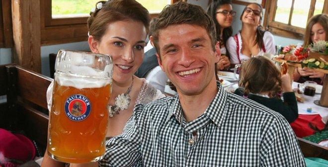 Мюллер троллит журналистов, принимает роды и смешит даже соперников: Бавария сохранила самого веселого игрока мира