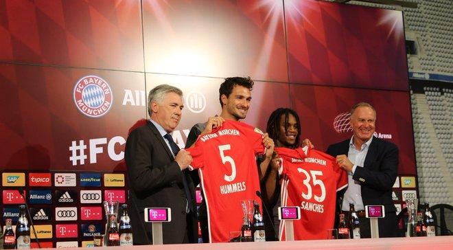 """Как """"Бавария"""" официально представила Хуммельса и Санчеса"""