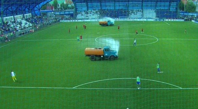 Как в чемпионате России поливают газон с грузовиков – появились эпические фото