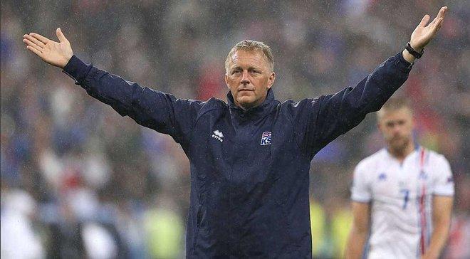 Наставник сборной Исландии вставил зуб футболистке местной команды