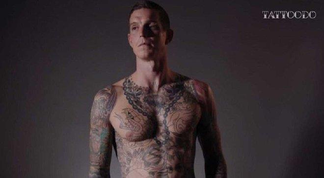 """Аггер зробив татуювання в честь """"Ліверпуля"""" на пальцях руки"""