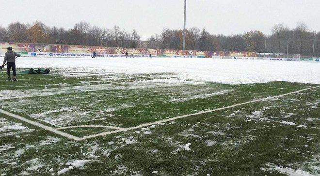 """Як гравці команди Калітвінцева чистять поле від снігу перед матчем з """"Тосно"""" Мілевського"""