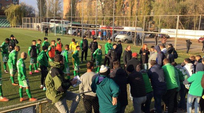 """Фанаты """"Карпат"""" жестко пообщались с футболистами после поражения от """"Полтавы"""" – появилось видео (18+)"""
