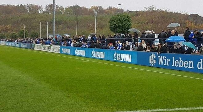 """Тысячи фанатов """"Шальке"""" поддержали команду на тренировке перед Рурским дерби и увидели, как забивает Коноплянка"""