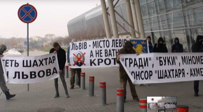 """""""Шахтер"""" встретили во Львове с плакатами """"Прочь из города"""""""