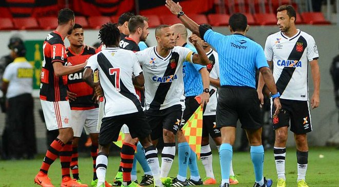 Арбитр симулировал удар со стороны Луиса Фабиано и удалил бразильца с поля