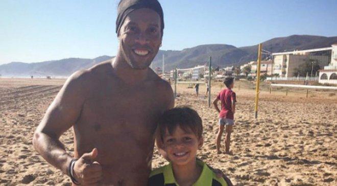 Роналдинью продемонстрировал божественную игру в футволей на пляже