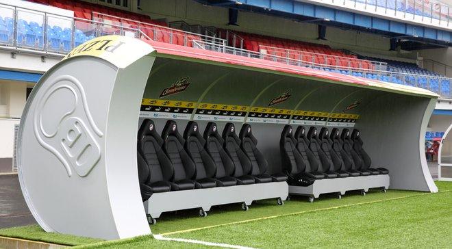 Виктория Пльзень на своем стадионе установила новые скамейки запасных в виде пивных банок