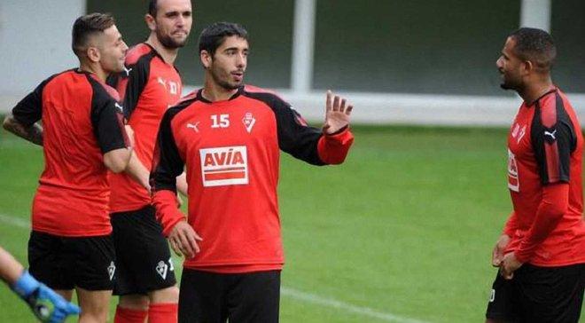 Защитник Эйбара Хосе Анхель забил гол в свои ворота с центра поля в матче с Шальке