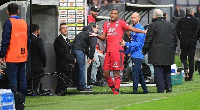 Захисник Ліона Марсело був вилучений з поля, бо випадково вибив картку з рук арбітра