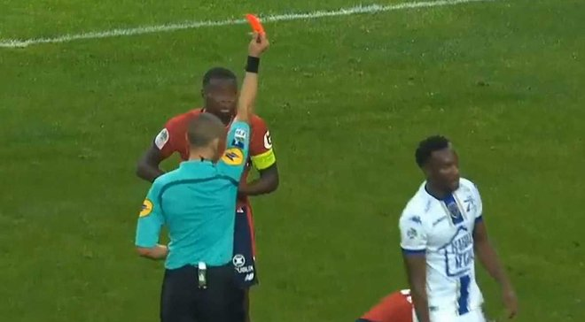 Арбитр матча Лилль – Труа случайно показал красную карточку не тому игроку