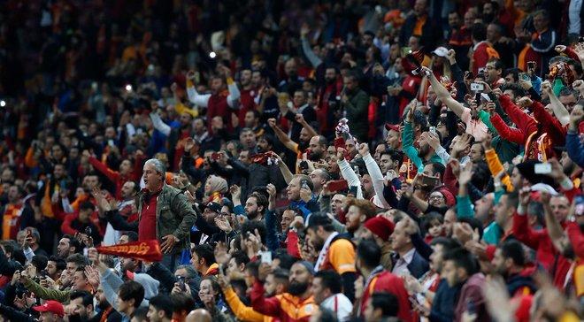 Фанати Галатасарая виконали розкішний перформанс з Роккі Бальбоа на матч проти Фенербахче