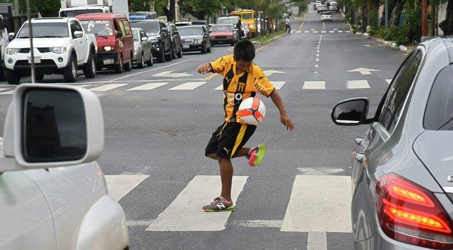 14-річний юнак, який жонглював посеред дороги заради мами, отримав у подарунок професійний контракт з Гуарані