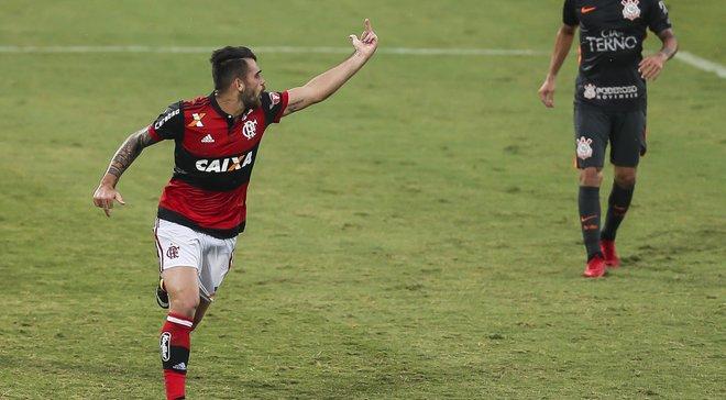 Игрок Фламенго Визеу показал средний палец своему партнеру, празднуя гол в ворота соперников