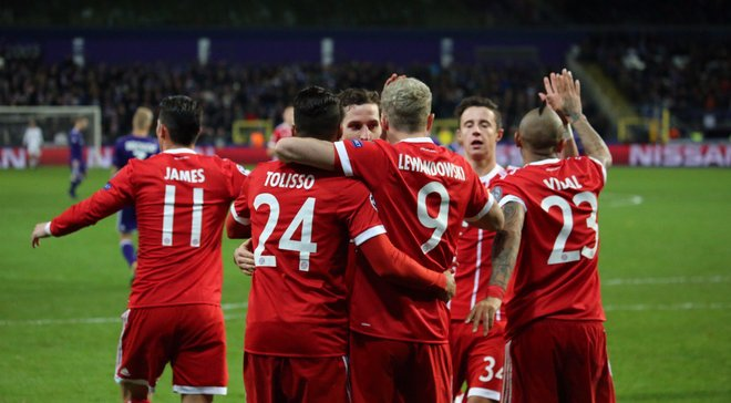 Фанати Баварії закидали поле фальшивими грошима під час матчу з Андерлехтом