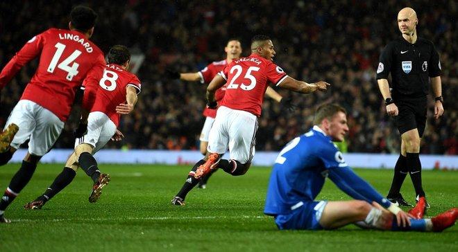 Манчестер Юнайтед разгромил Сток Сити и сократил отставание от Манчестер Сити
