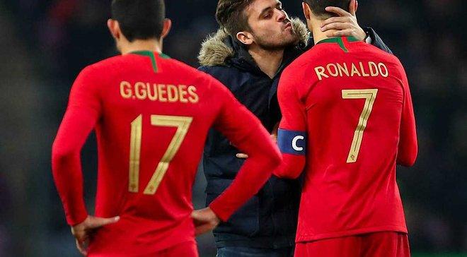 Фанаты выбежали на поле ради фото с Роналду – один из них поцеловал Криштиану