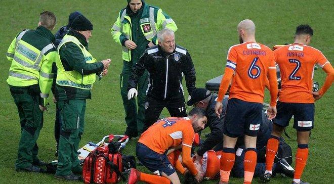 В Англии игрок получил настолько ужасную травму, что команды на 12 минут вывели в раздевалку