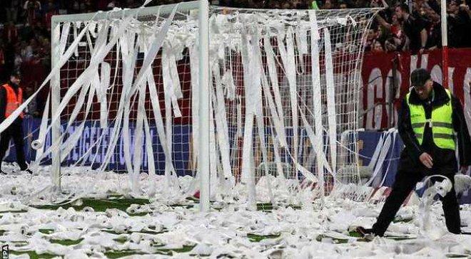 Арбитр матча Майнц – Фрайбург вывел команды из раздевалки после использования VAR, фанаты хозяев выразили протест против матчей в понедельник