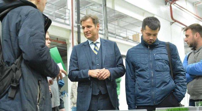 ФФУ провела екскурсію заводом з виробництва спортивного покриття