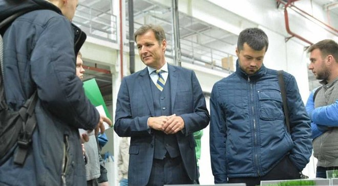 ФФУ провела экскурсию по заводу по производству спортивного покрытия