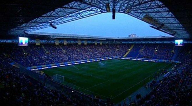Динамо – Шахтер: фанаты киевлян забросали файерами поле Днепр-Арены