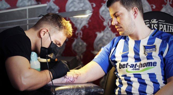 Фанат берлінської Герти зробив собі татуювання, яке є квитком на всі домашні матчі клубу