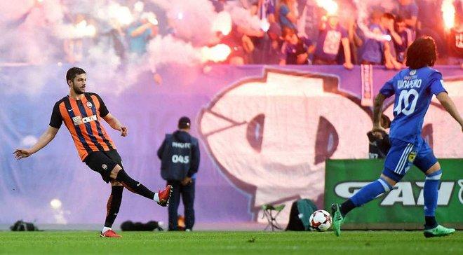 Динамо – Шахтер: фанаты выбежали на поле во время матча