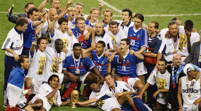Зідан та інші легенди Франції зібрались з нагоди ювілею перемоги на ЧС-1998 – фото дня
