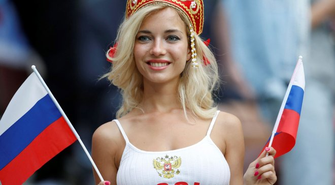 Найкрасивішою фанаткою збірної Росії визнали порноактрису: фото 18+