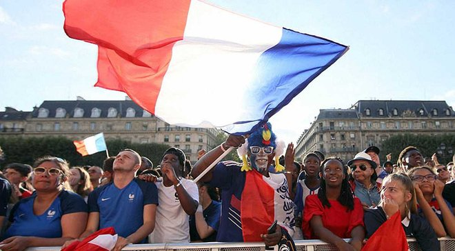 Безумное празднование: болельщиков в Париже и Марселе успокаивала полиция