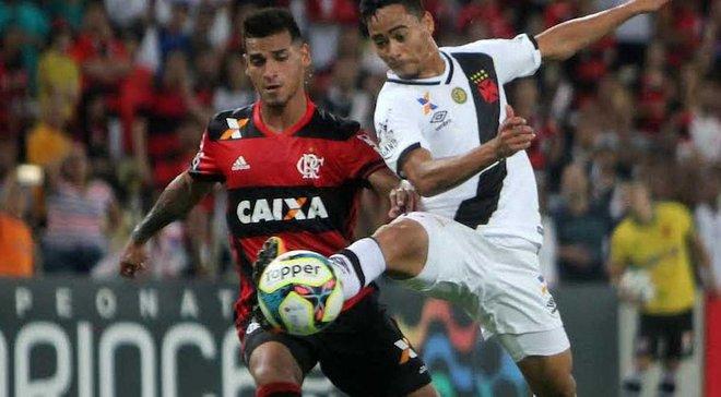 В Бразилии игрокам пришлось выталкивать машину скорой помощи с поля - курьез дня