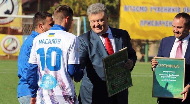 Порошенко та Павелко вручили Таврії сертифікат на будівництво стадіону