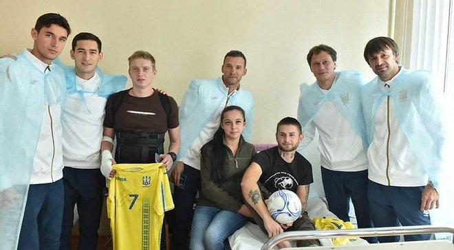 Сборная Украины посетила военный госпиталь в День защитника Украины