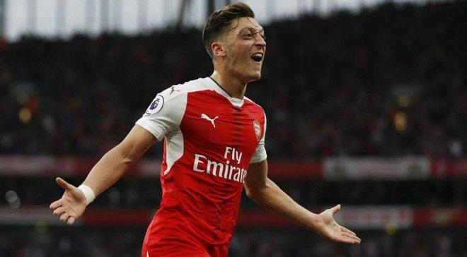 Юний фанат Арсенала розповідав про Озіла і побачив його у себе за спиною – неймовірна реакція хлопця